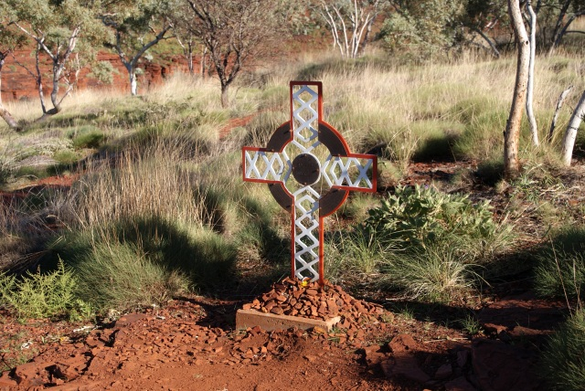 Memorial to an SES worker killed at Hancock Gorge