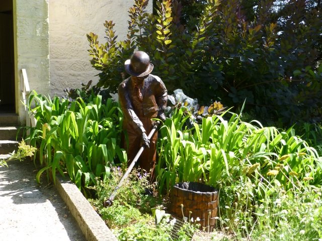 Wooden sculpture of a gardener from the 1800s near the main entry at the Hobart Gardens